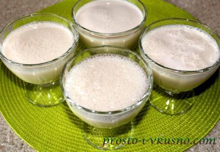 Разливаем молочное суфле по креманкам