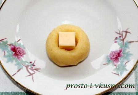 В углубление вкладываем сыр