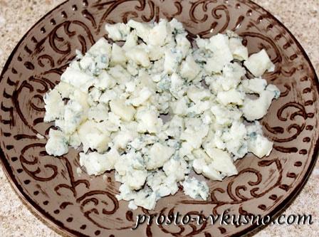 Голубой сыр крошим в тарелку