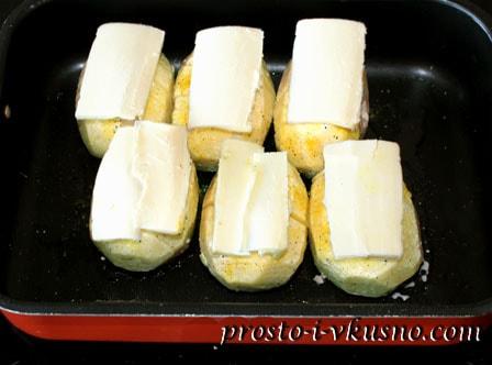 На посыпанный приправами картофель укладываем кусочек масла