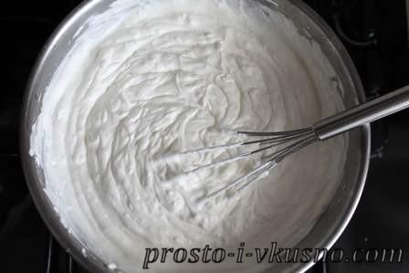 Добавляем в смесь для чизкейка сливки и перемешиваем