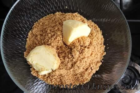 Добавляем в печенье размягченное сливочное масло