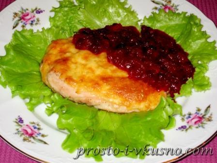 Запеченное куриное филе с брусничным соусом