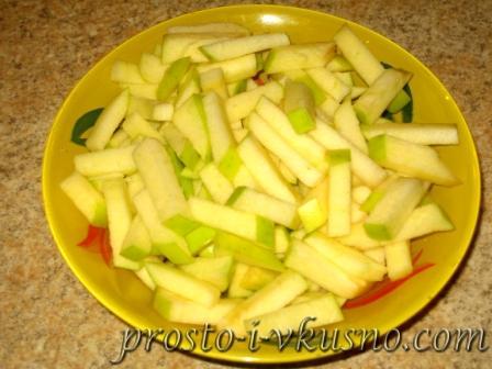 Яблоко нарезаем соломкой