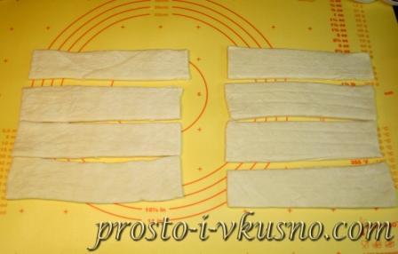 Тесто разрезаем на полоски