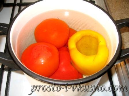 Овощи опускаем в кипящую воду