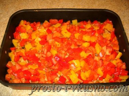 Выкладываем в форму перчик и помидоры