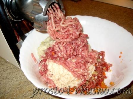 Проворачиваем мясо через мясорубку