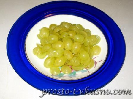 Виноград моем и разрезаем пополам