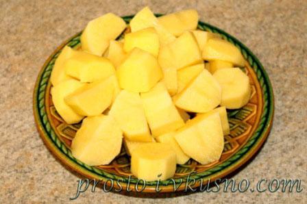 Картофель режем крупными кубиками