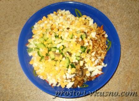 Выкладываем ингредиенты в салатницу