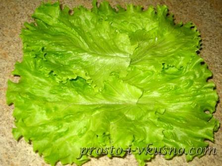Раскладываем салатные листья