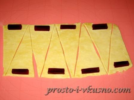 Раскатываем тесто и режем на треугольники
