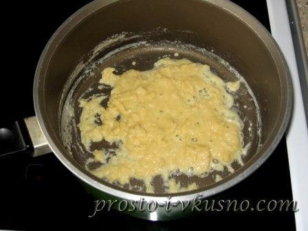 Перемешиваем масло с мукой