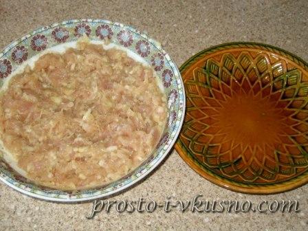 Тарелки с фаршем и водой