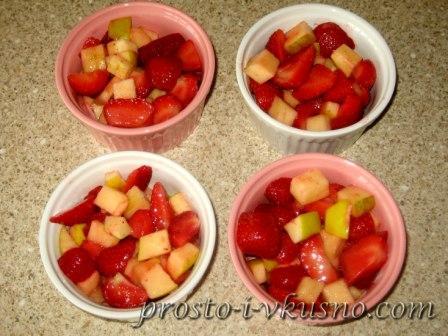 Раскладываем фрукты по формочкам