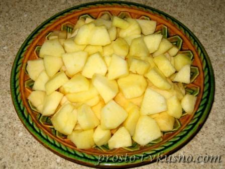 Яблоки нарезаем кусочками