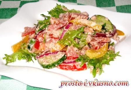 Салат из свежих овощей с ореховой заправкой