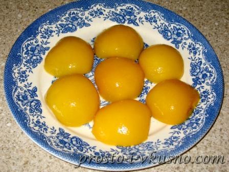 Выкладываем персики на тарелку