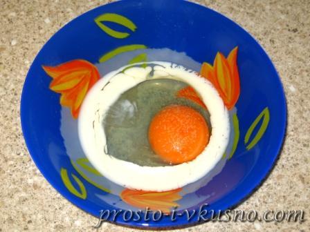 Соединяем молоко, яйцо и соль