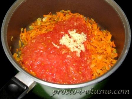 добавляем томат и чеснок