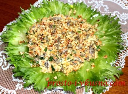 Салат из куриных сердечек с орехами и сыром