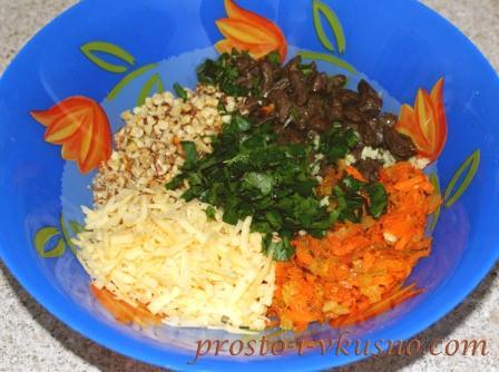 Подготовленные ингредиенты выкладываем в салатницу