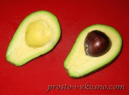 Авокадо разрезаем пополам