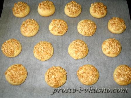 Вынимаем печенье из духовки