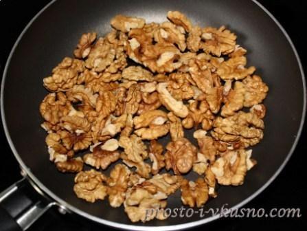 Орехи обжариваем на сухой сковороде