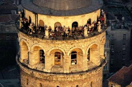 Смотровая площадка вокруг башни Галата. Ярусом ниже — ресторан