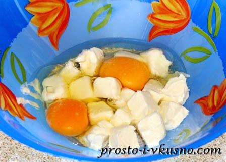 К яйцам добавляем масло, ванильный сахар и соль