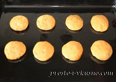 Формуем булочки и выкладываем их на противень