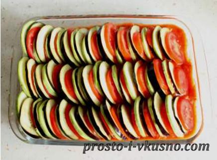 Выкладываем овощи на соус