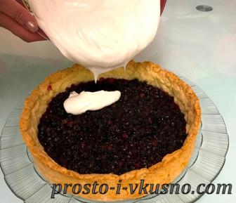 Выливаем крем на остывший пирог