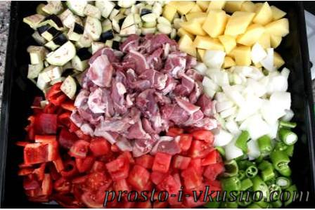 Режем овощи и мясо крупными кубиками