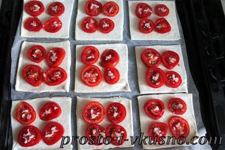 Раскладываем помидоры на тесте