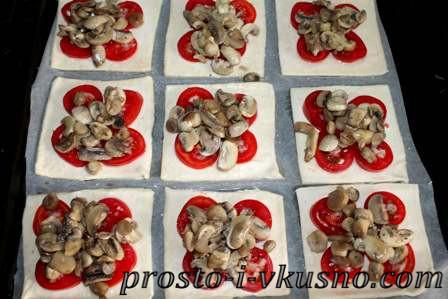 Кладем грибы на помидоры